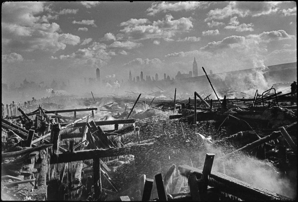 USA. Fire in Hoboken, facing Manhattan. 1947. ©Henri Cartier-Bresson / Magnum Photos