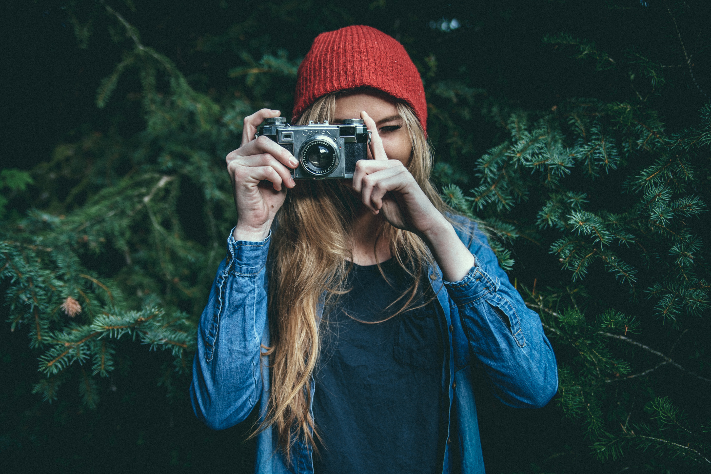 10 Rookie Mistakes New Photographers Make, rookie photographer, young photographers, photographer in red hat, female photographer